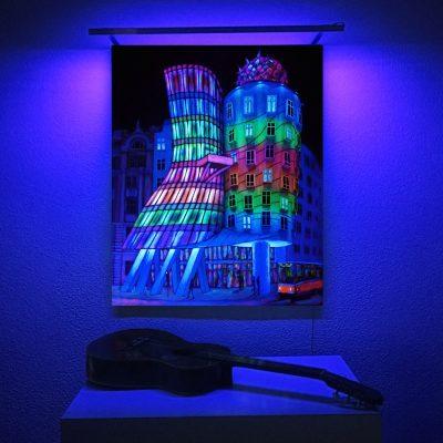 Casa-Danzante.-Acrílico-sobre-lienzo.-100-x-81-cm.-Vicky-Casellas.-Night-City-Lights.-Arte-fluorescente.-cuadrada post